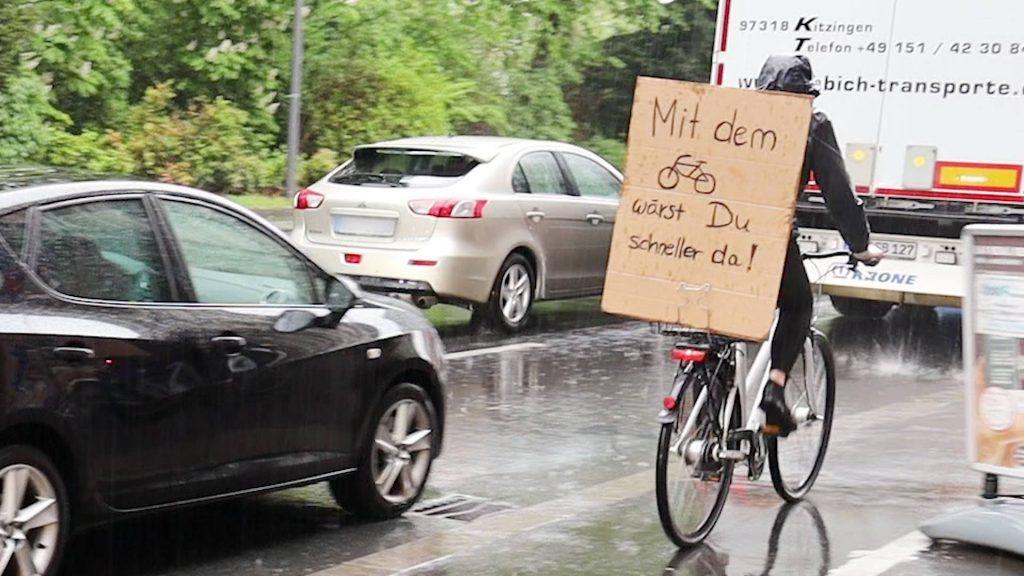 Verkehrswende jetzt: Radfahrer fährt am Stau vorbei - Fotografin: Indra Anders