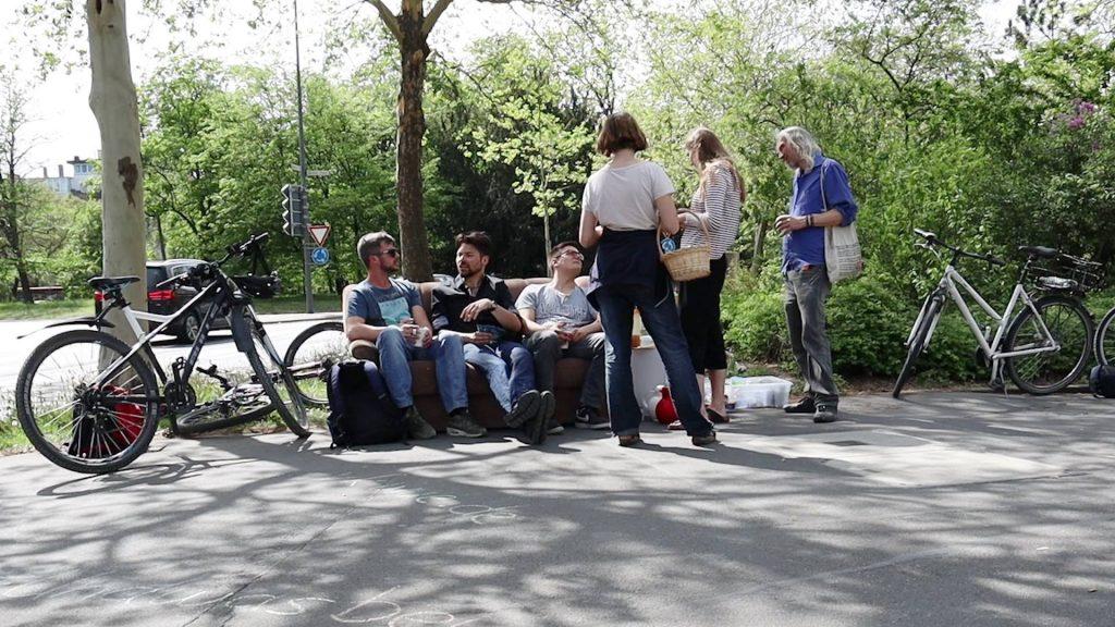 Verkehrswende jetzt: Fußgänger sitzen auf einem Sofa auf dem Bürgersteig - Fotografin: Indra Anders