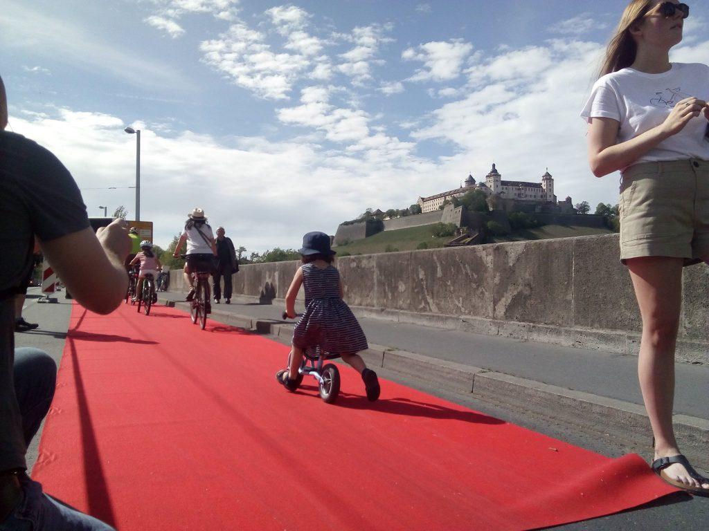 Verkehrswende jetzt: Roter Teppich auf der Löwenbrücke mit Fahrradfahren