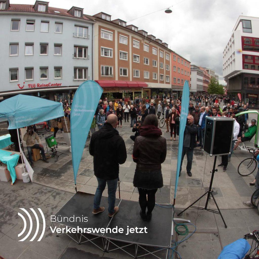 Verkehrswende jetzt: Bündnismitglieder und Interessierte in der Eichhornstraße - Fotograf: Oliver Zientarski